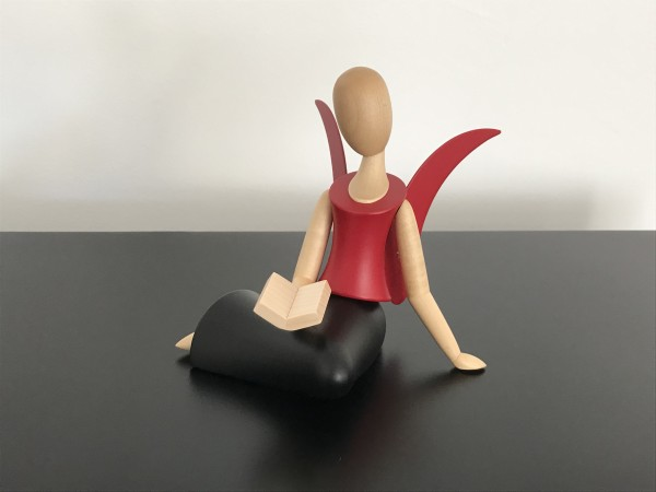 Angel Sternkopf sitting with book (black / red)